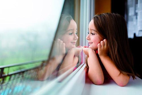 bambina in finestra